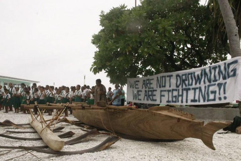 Tokelau-School-kids-with-canoe-and-banne