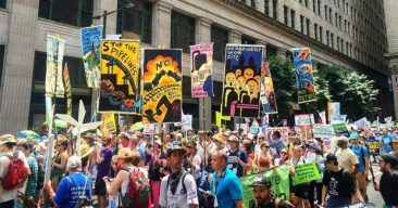 Demonstrators Demand 'Clean Energy Revolution' on Eve of Dem Convention